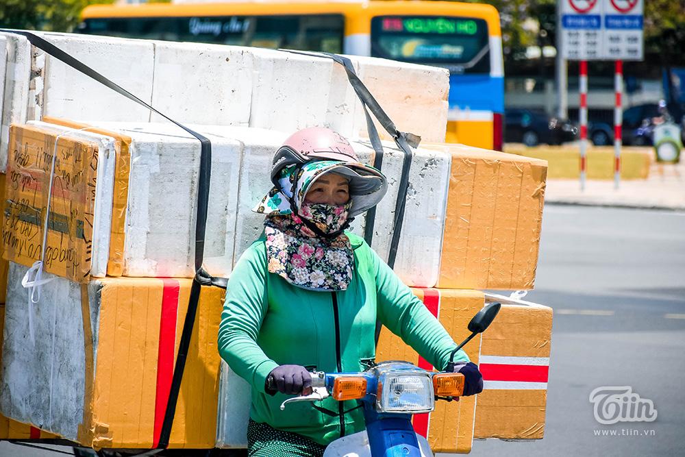 Nhiều người lao động làm việc dưới nắng nóng chịu ảnh hưởng trực tiếp.