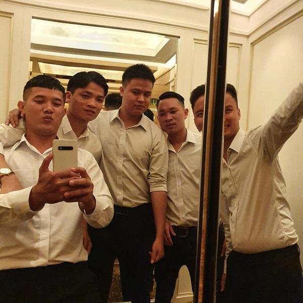 Dàn bạn thân 'nối khố' của Công Phượng tề tựu ở Sài Gòn, diện sơ mi trắng chỉn chu sẵn sàng dự đám hỏi? 1