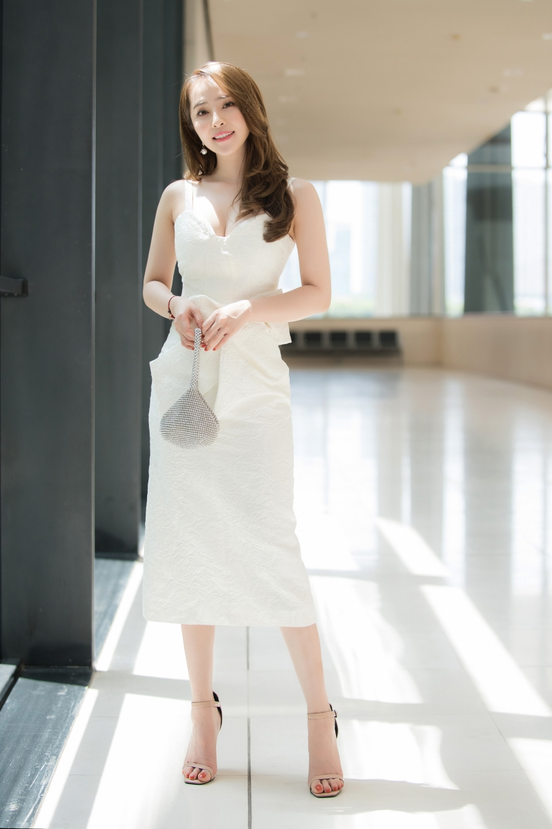 Quỳnh Nga mặc váy trắng muốt tiểu thư, xách túi giọt nước lạ mắt đi sự kiện 4