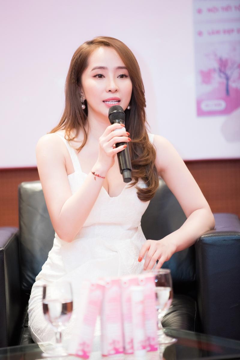 Quỳnh Nga mặc váy trắng muốt tiểu thư, xách túi giọt nước lạ mắt đi sự kiện 5