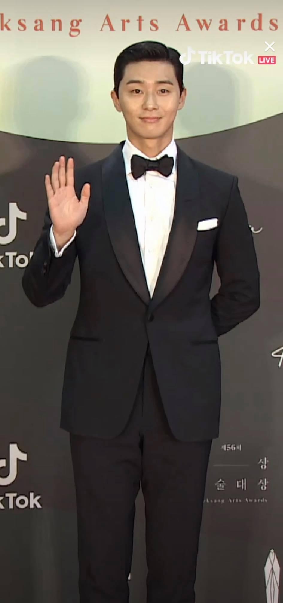 Thảm đỏ Baeksang Arts Awards 2020: 'Chị đại Triều Tiên' Seo Ji Hye chiếm spotlight với váy trắng lấp lánh, Kwon Nara diện váy hồng 'sến sẩm' 5