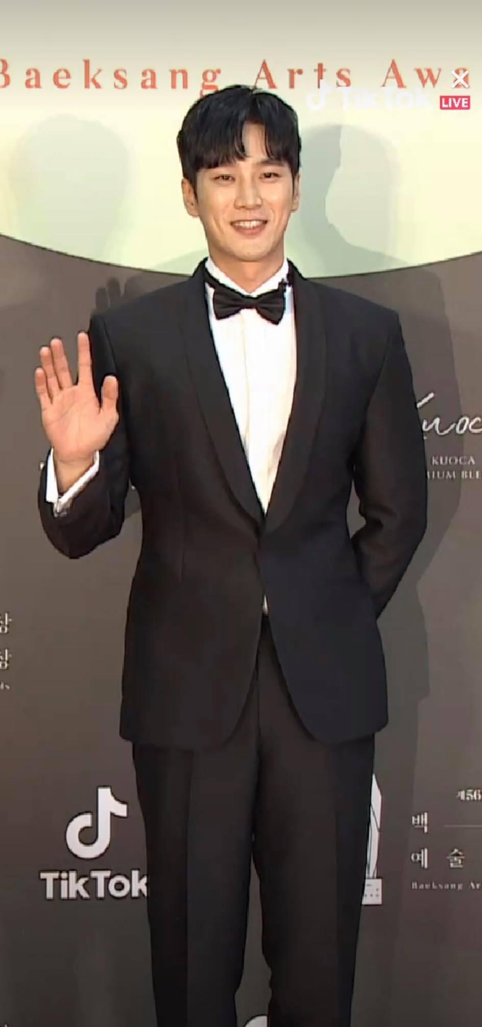 Thảm đỏ Baeksang Arts Awards 2020: 'Chị đại Triều Tiên' Seo Ji Hye chiếm spotlight với váy trắng lấp lánh, Kwon Nara diện váy hồng 'sến sẩm' 6