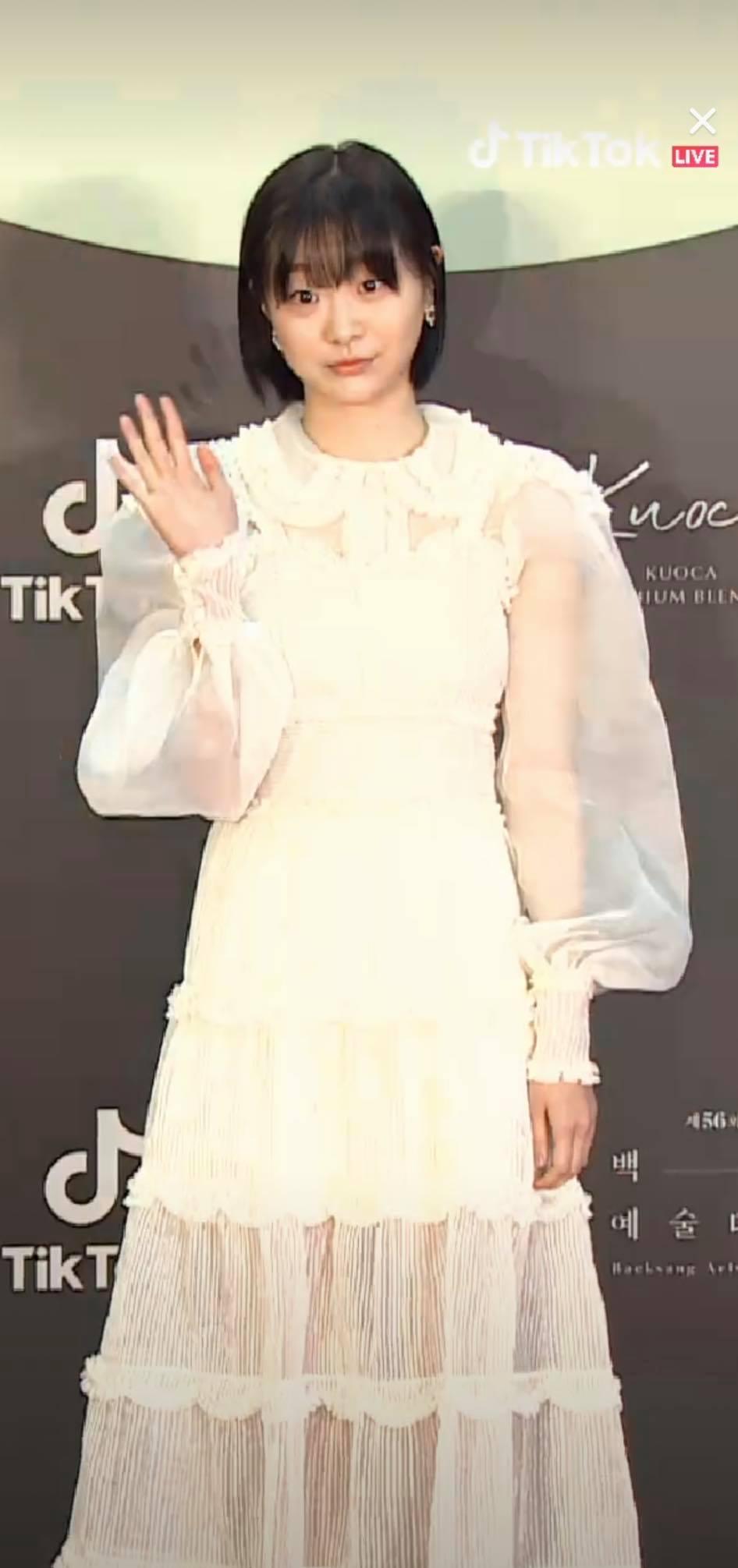 Thảm đỏ Baeksang Arts Awards 2020: 'Chị đại Triều Tiên' Seo Ji Hye chiếm spotlight với váy trắng lấp lánh, Kwon Nara diện váy hồng 'sến sẩm' 7