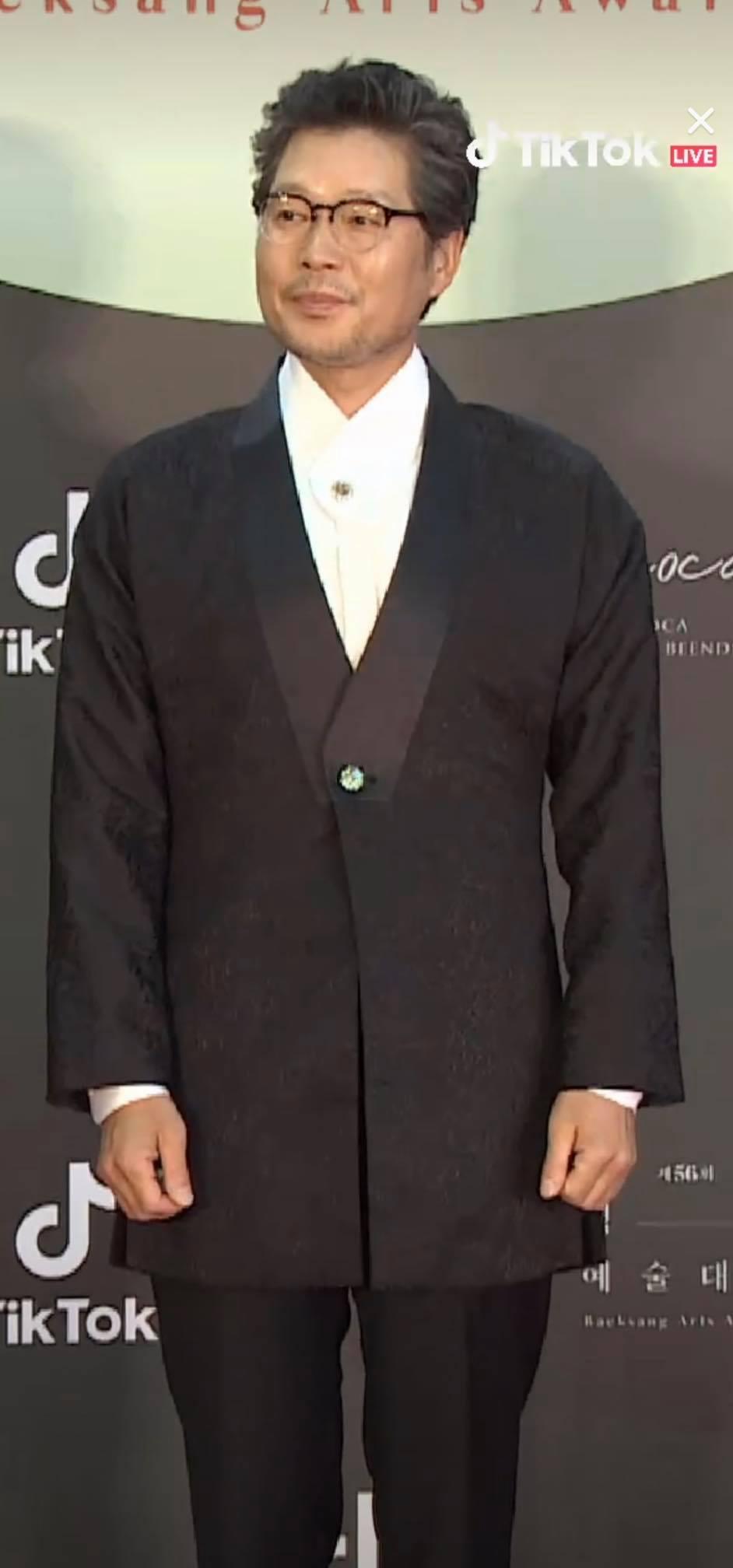 Bộ 5 Itaewon Class đổ bộ: Park Seo Joon, Ahn Bo Hyun,Kim Da Mi, Kwon Nara và Yoo Jae Myung. Mỹ nhân Kwon Nara diện váy hồng 'sến rện' nhưng vẫn xinh đẹp và tỏa sáng trên thảm đỏ Baeksang