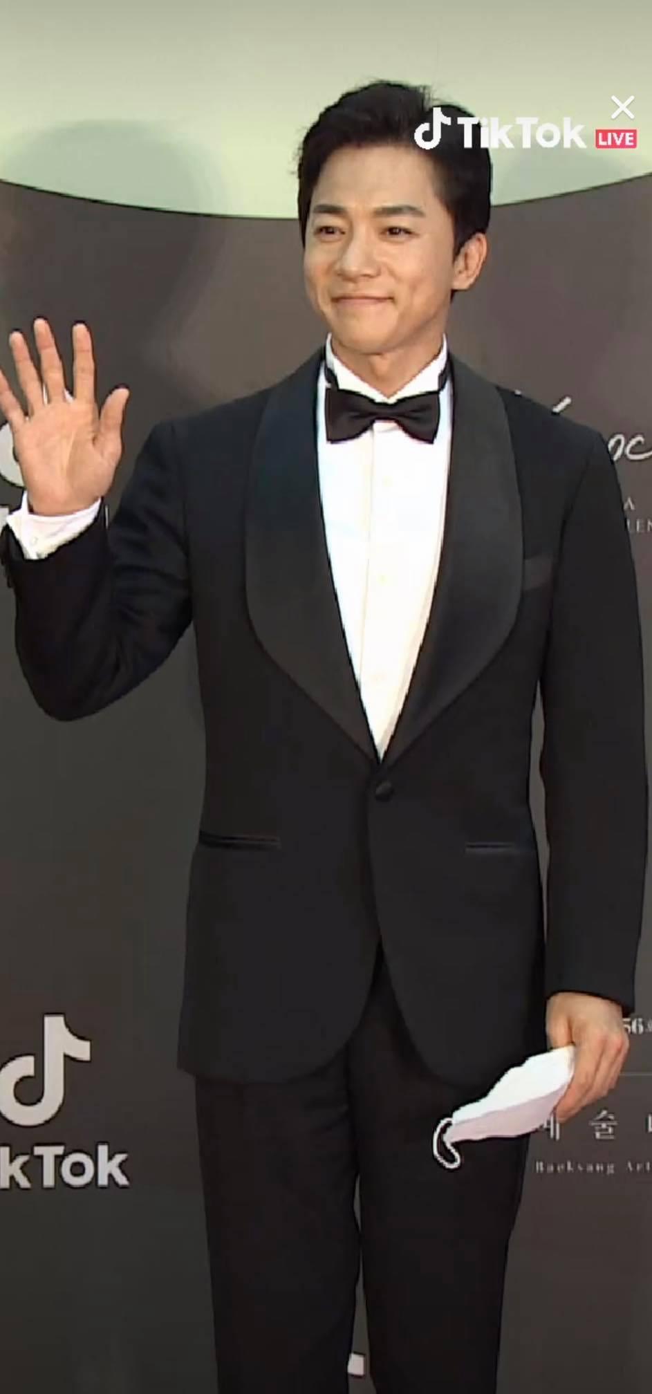 Thảm đỏ Baeksang Arts Awards 2020: 'Chị đại Triều Tiên' Seo Ji Hye chiếm spotlight với váy trắng lấp lánh, Kwon Nara diện váy hồng 'sến sẩm' 10