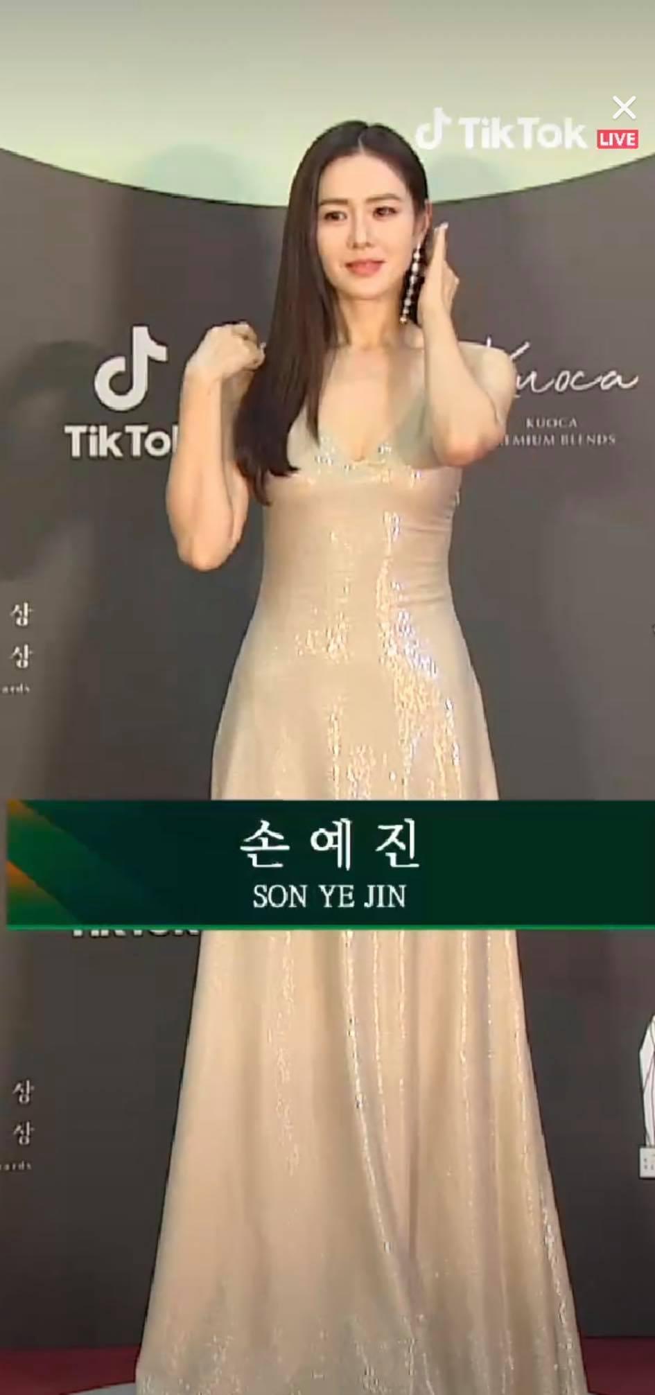 Tỏa sáng nhất thảm đỏ Baeksang năwm nay phải kể tới hai mỹ nhân Seo Ji Hye và Son Ye Jin của Hạ cánh nơi anh. Hai diễn viên diện váy đơn giản nhưng chiếm trọn spotlight, khiến khán giả ngỡ ngàng với vẻ đẹp tuyệt mỹ. Bên cạnh đó, Hyun Bin bảnh bao cũng gây chú ý