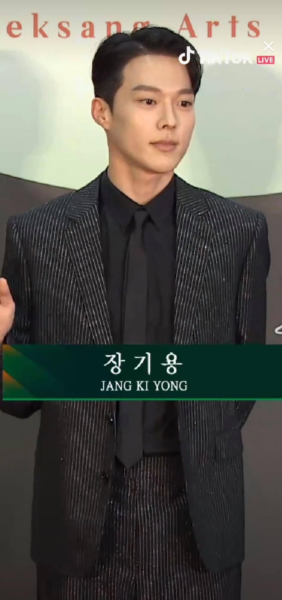 Jang Ki Yong - mỹ nam đến với vị trí người trao giải