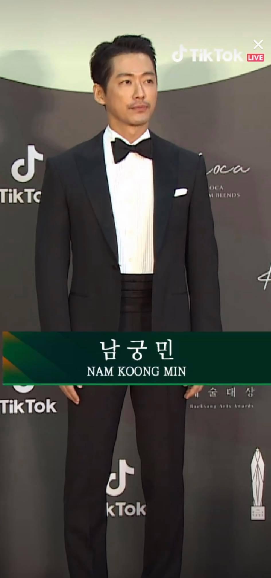 Nam Koong Min để râu khác lạ trên thảm đỏ