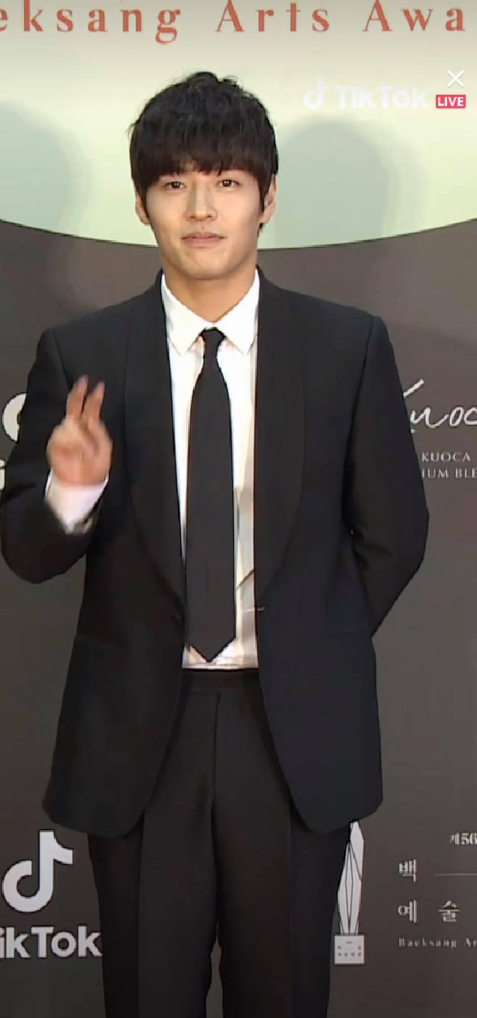 Kang Ha Neul với mái tóc'ngố tàu'