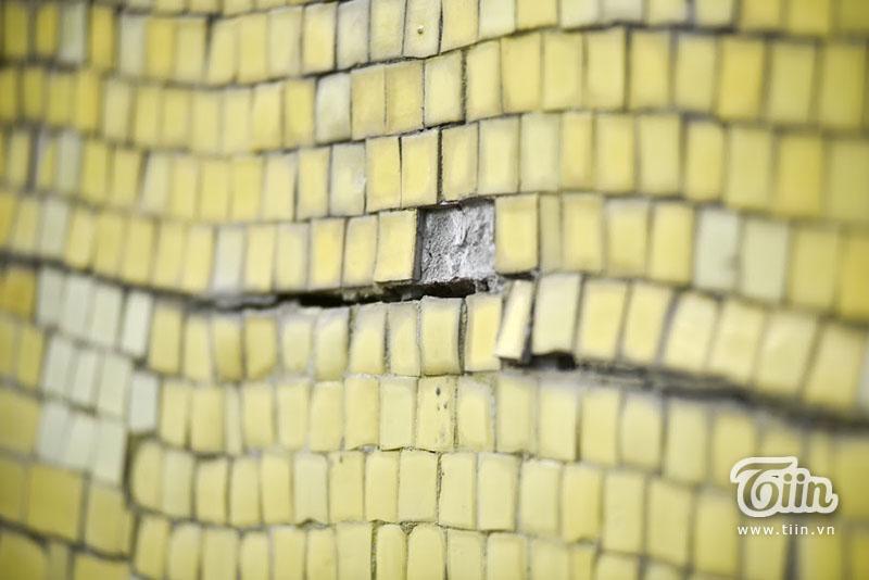 Bởi nhìn bằng mắt thường, bức tường đang cóhàng loạt dấu hiệu xuống cấp.