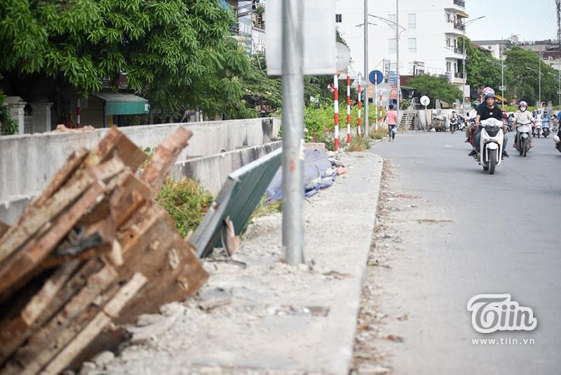 Lùi về thời điểm tháng 9/2010, công trình đã xuất hiện các vết nứt rạn đầu tiên. Được biết, con đường gốm sứ ven sông Hồng khởi công vào năm 2007.