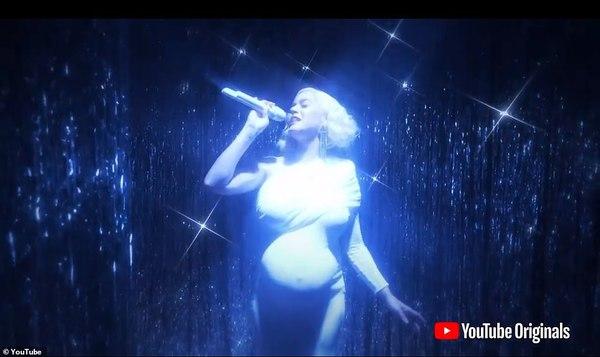 Katy Perry trình diễn với bụng bầu lớn.