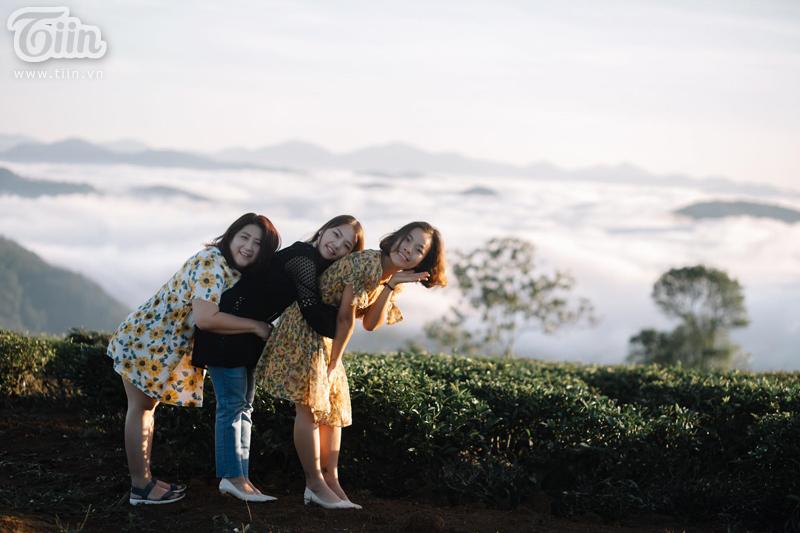 Với địa hình có độ cao trung bình 1600m so với mực nước biển (cao hơn so với độ cao trung bình của Đà Lạt) nên nơi đây có thảm sương mù dày đặc vào sáng và chiều tối.
