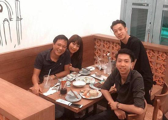 NSND Trọng Trinh bên vợ kém 16 tuổi và 2 con trai.