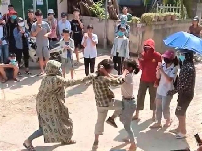 Tuyên Quang: Phản cảm nữ sinh đánh nhau trước cổng trường, hàng trăm người cổ vũ 0
