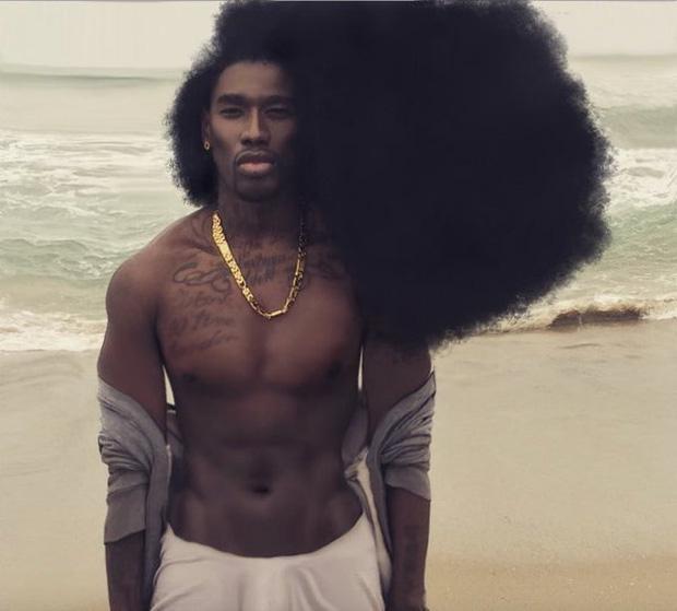 Người đàn ông nổi tiếng với mái tóc bông xù.