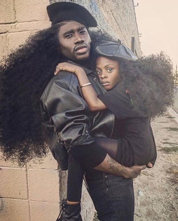 Cả hai nhanh chóng nổi tiếng nhờ sở hữu mái tóc chẳng giống ai.