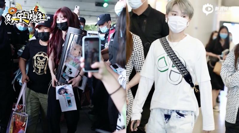 Đám đông fan chen chúc tại sân bay tạo nên cảnh tượng hỗn loạn.