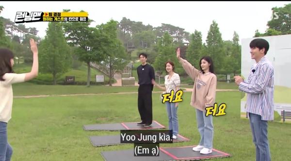 Jeon So Min vừa dứt lời thì Kim Yoo Jung liền giơ tay lên cao, trong khi đó 2 khách mời nam Ji Chang Wook và Do Sang Woo không có động thái hưởng ứng.