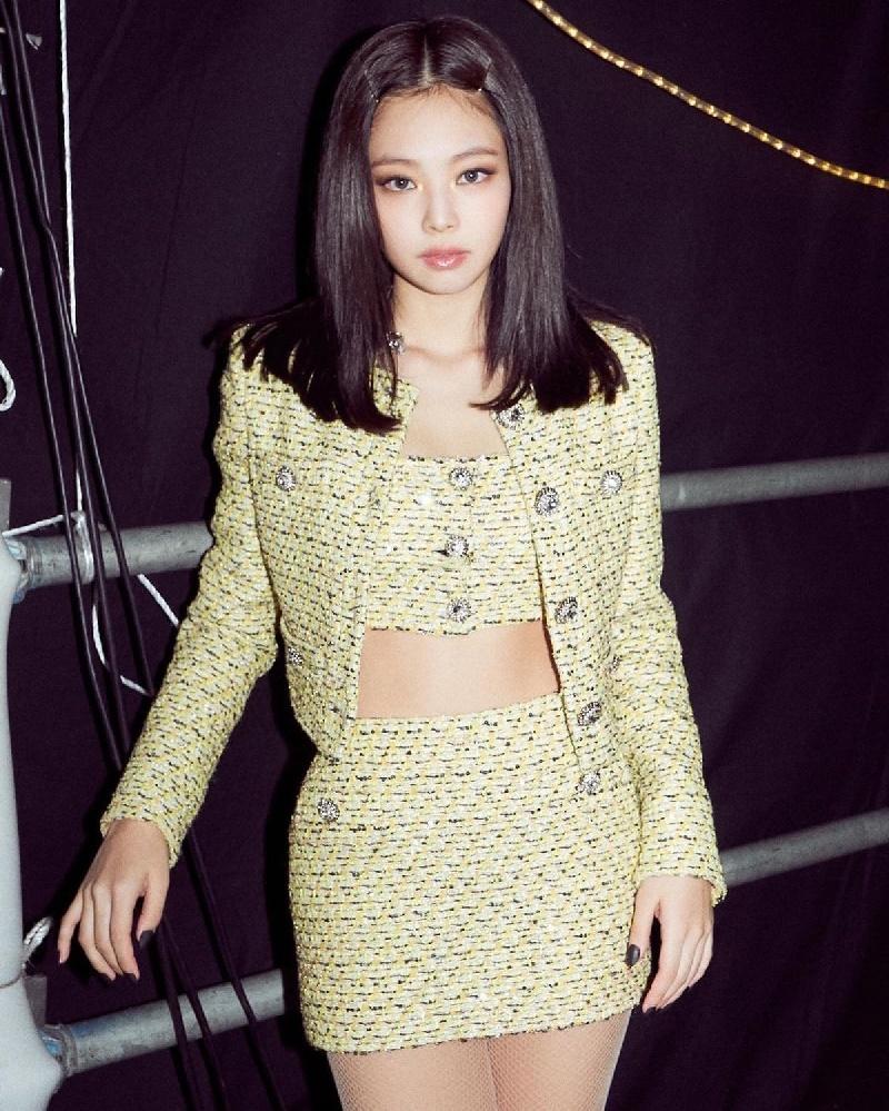 Hè đang nóng mà Joy (Red Velvet) lại càng làm nóng hơn bởi pha đụng hàng vàng rực với Jennie (Black Pink) 9
