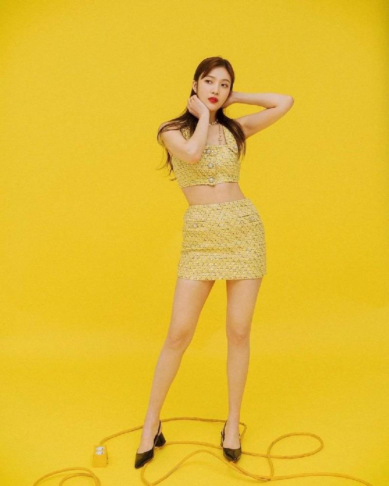 Hè đang nóng mà Joy (Red Velvet) lại càng làm nóng hơn bởi pha đụng hàng vàng rực với Jennie (Black Pink) 2