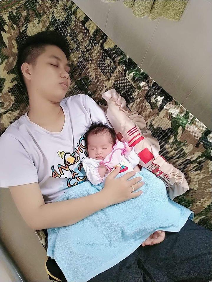'Ông bố' đầu tiên tại Việt Nam hạnh phúc sau 1 tháng sinh con: Em bé quấn bố và rất thích chụp ảnh 2