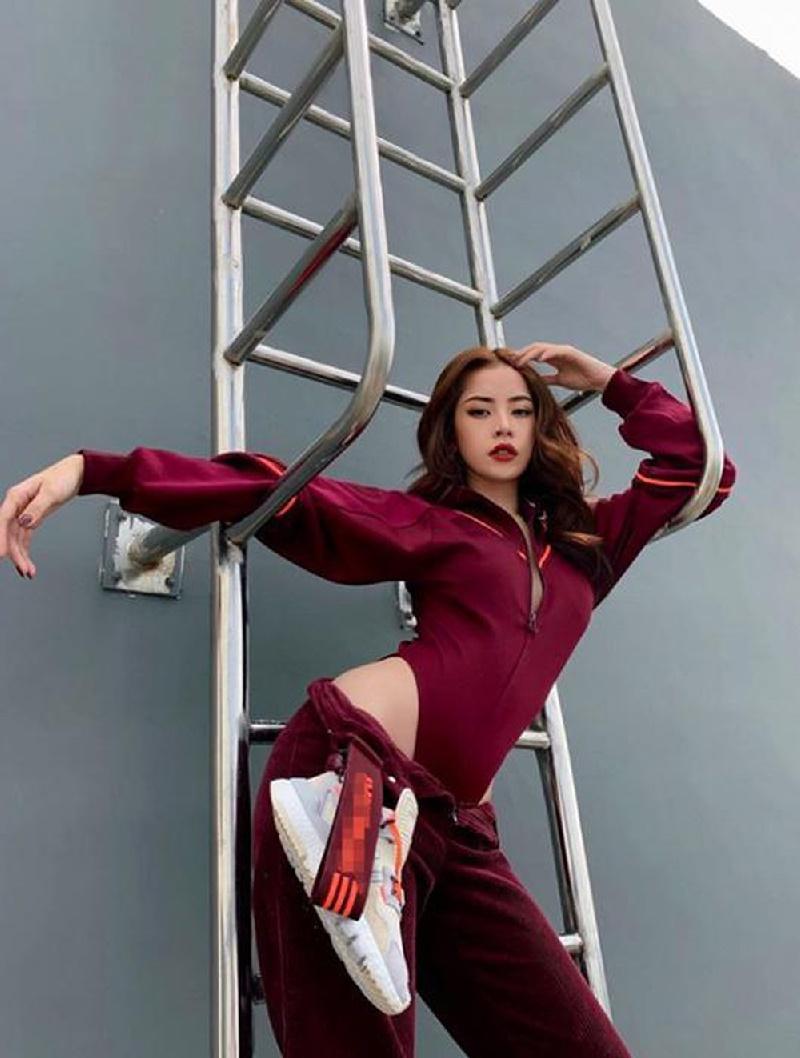 Việc chọn bodysuit kín đáo có kiểu dáng thể thao ton - sur - ton với màu quần đã giúp cô nàng vừa khoe vòng hông nở nang, vừa được khen ngợi vì phối đồ quá đỉnh.
