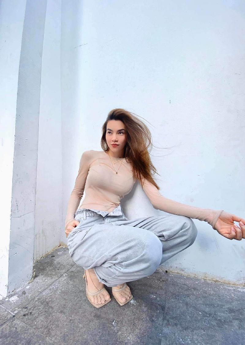 Cô nàng chọn theo style quyến rũ, phá cách hơn với áo ôm xuyên thấu đi cùng quần jeans siêu rộng.