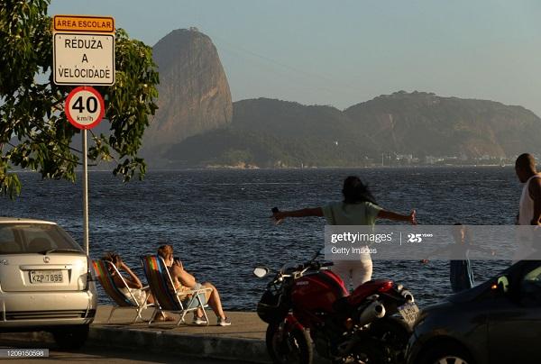 Mặc cho số nhiễm Covid-19 lên đến hơn 1 triệu, người dân Brazil vẫn đổ xô tắm biển 2