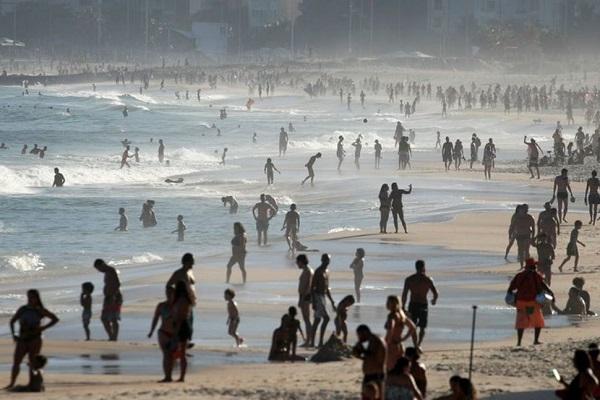Hàng nghìn người dân đổ ra biển trong khi số lượng người nhiễm Covid-19 tại nước này đã lên tới hơn 1 triệu.