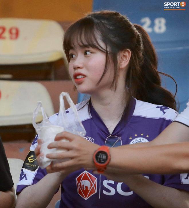 Cô cũng nhiều lần xuất hiện tại khán đài theo dõi bạn trai thi đấu.