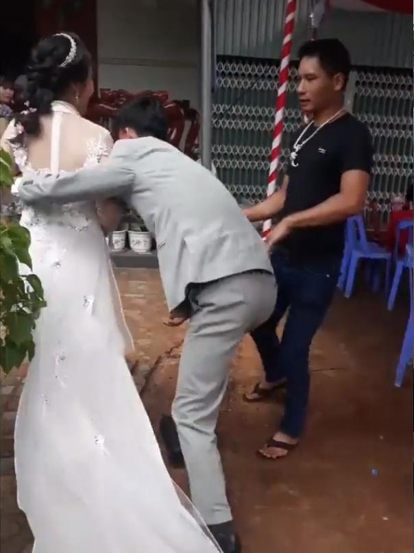 Chú rể bế cô dâu qua mặt mẹ chồng để vào nhà bằng cửa chính: Tưởng là hay nhưng thực ra không đẹp! 2