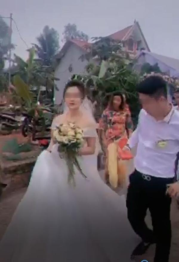 Clip: Chú rể dẫm váy cô dâu, nghe điện thoại cười cợt khiến nhiều người chỉ trích vô tâm 2