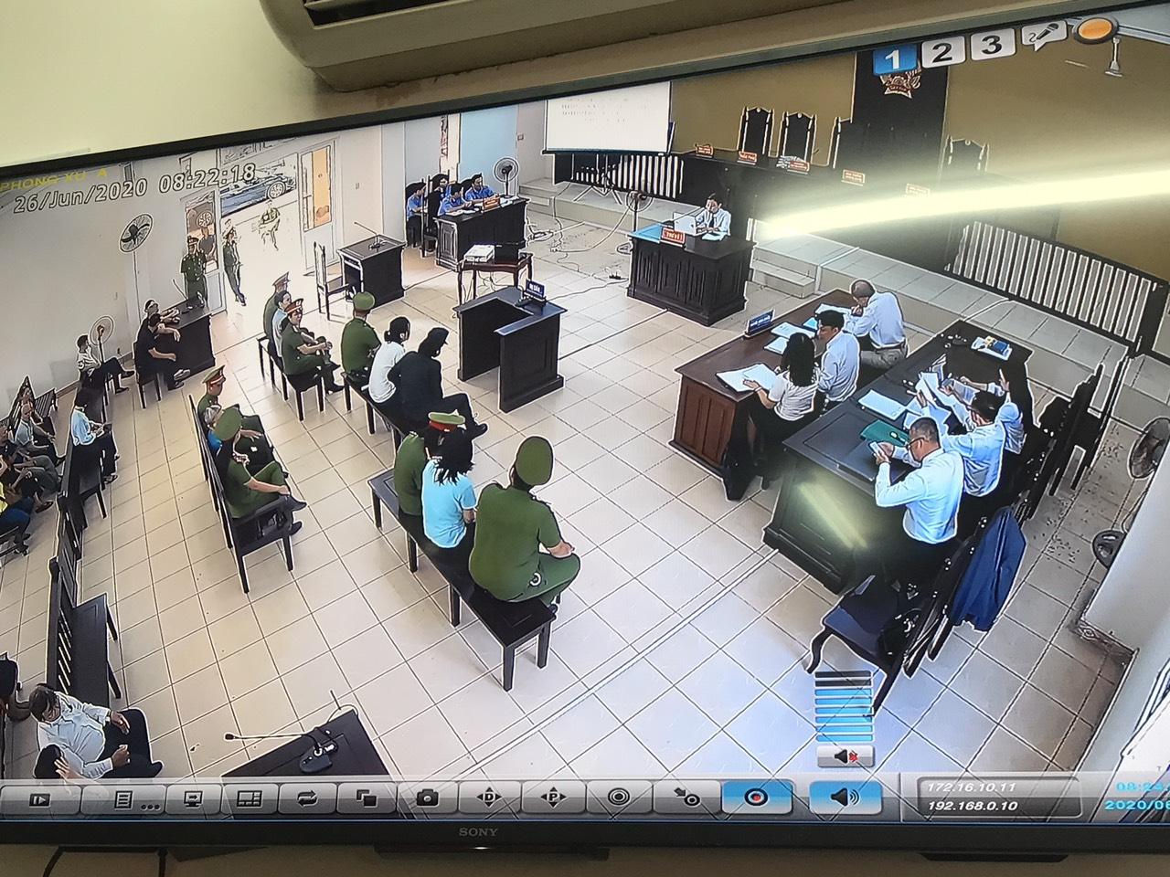 Phiên tòa được truyền trực tiếp cho báo chí, người dân theo dõi từ bên ngoài phòng xét xử