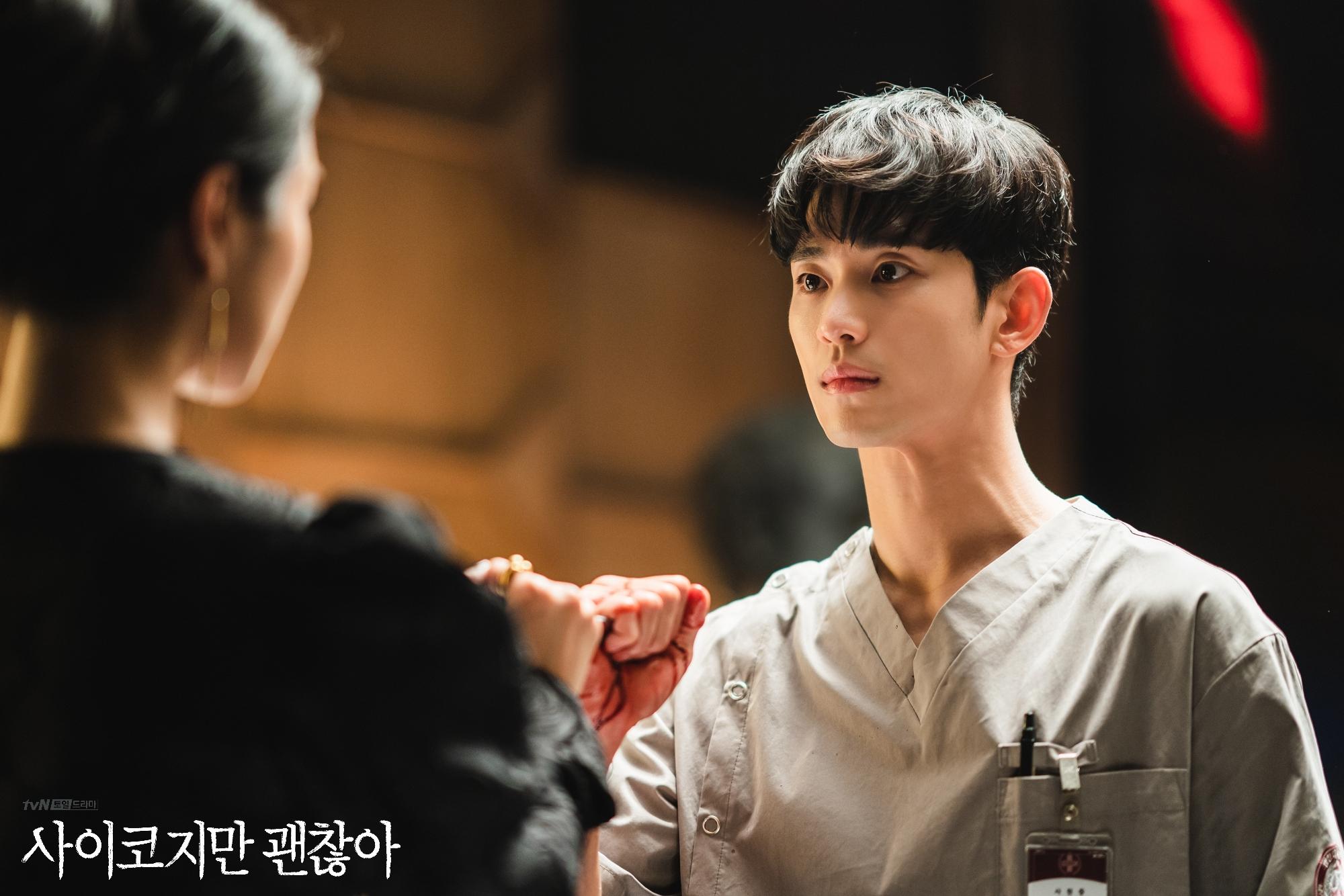 Lần đầu gặp mặt, Gang Tae đỡ thay cho bệnh nhân một dao từ Myun Young