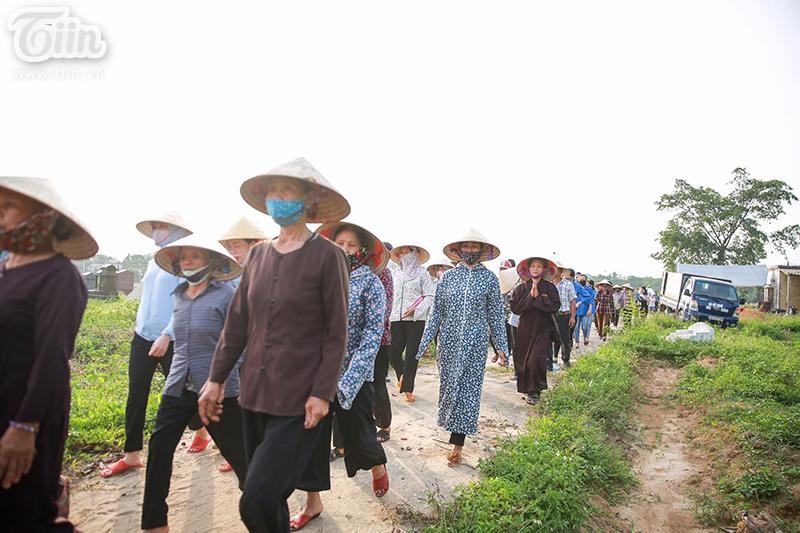 Chiều 30/6, người dân xã Thanh Mỹ tất bật chuẩn bị lễ tang cho bé Nguyễn Văn An - em bé sơ sinh bị mẹ ruột bỏ rơi ở hố ga tại địa phương này.