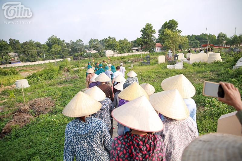 Tại đây, người dân cùng chính quyền địa phương phối hợp tổ chức lễ tang cho bé. Mộ của bé được đặt ở hướng nam, hướng ra phía trước là đồng lúa xanh bình yên.