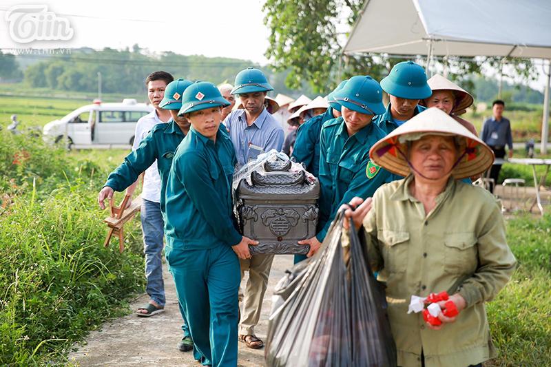 Cũng trong chiều 30/6, thi thể bé An từ bệnh viện Xanh Pôn trở về trong vòng tay yêu thương của những người xa lạ...