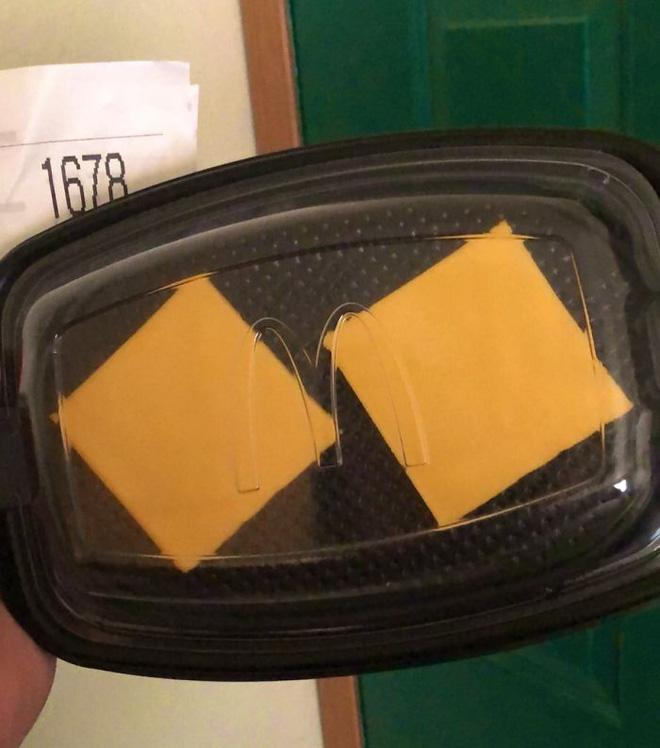 4. Tôi order bánh mỳ kẹp pho mát của McDonald qua DoorDash, tôi bảo bỏ mấy cái thứ phụ đi, ý tôi là hành và dưa, và họ thì hiểu là cả bánh mỳ và thịt, thế là tôi mất 6 đô mà chỉ được ăn có 2 lát pho mát thế này.