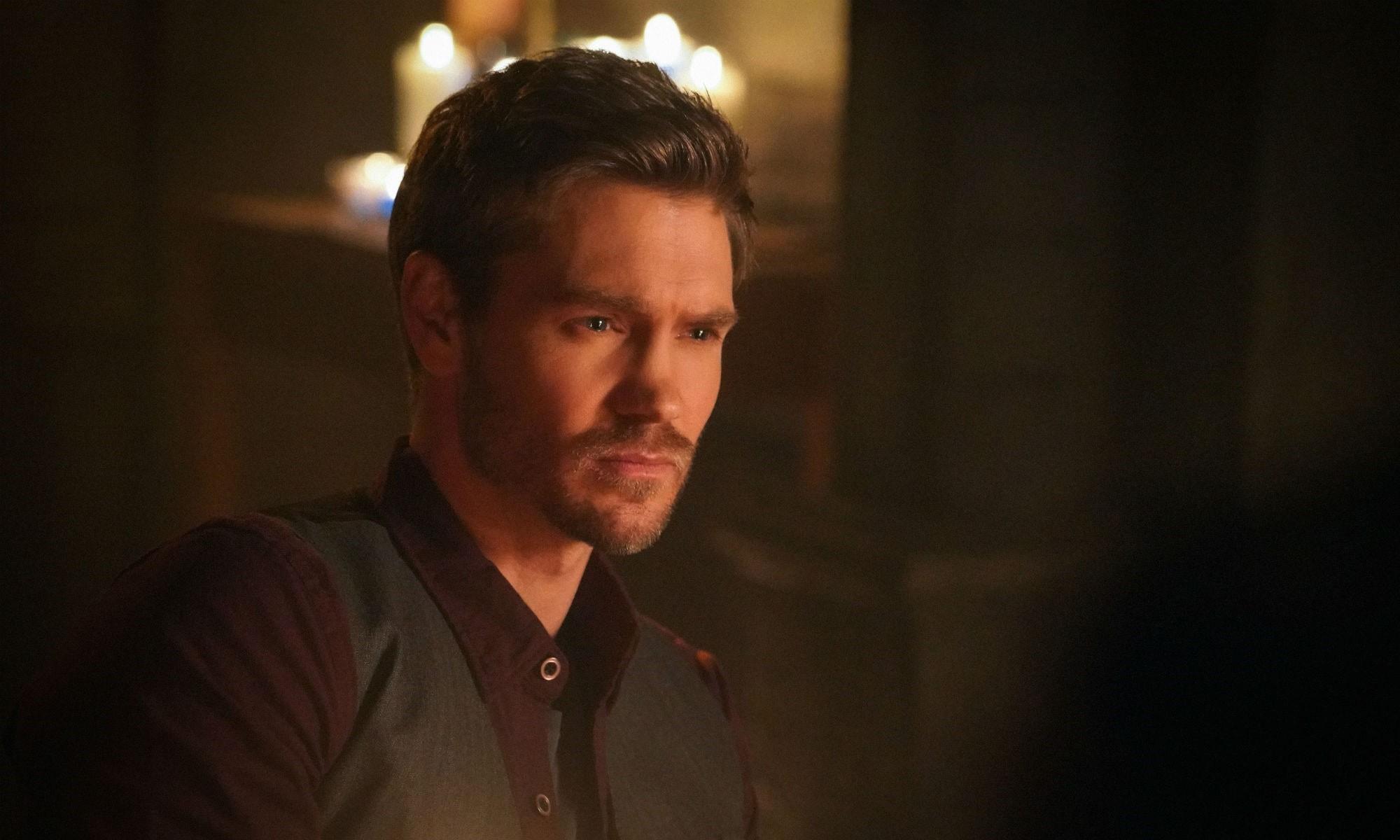 Anh là ngôi sao của loạt phim Riverdaletrên CW.