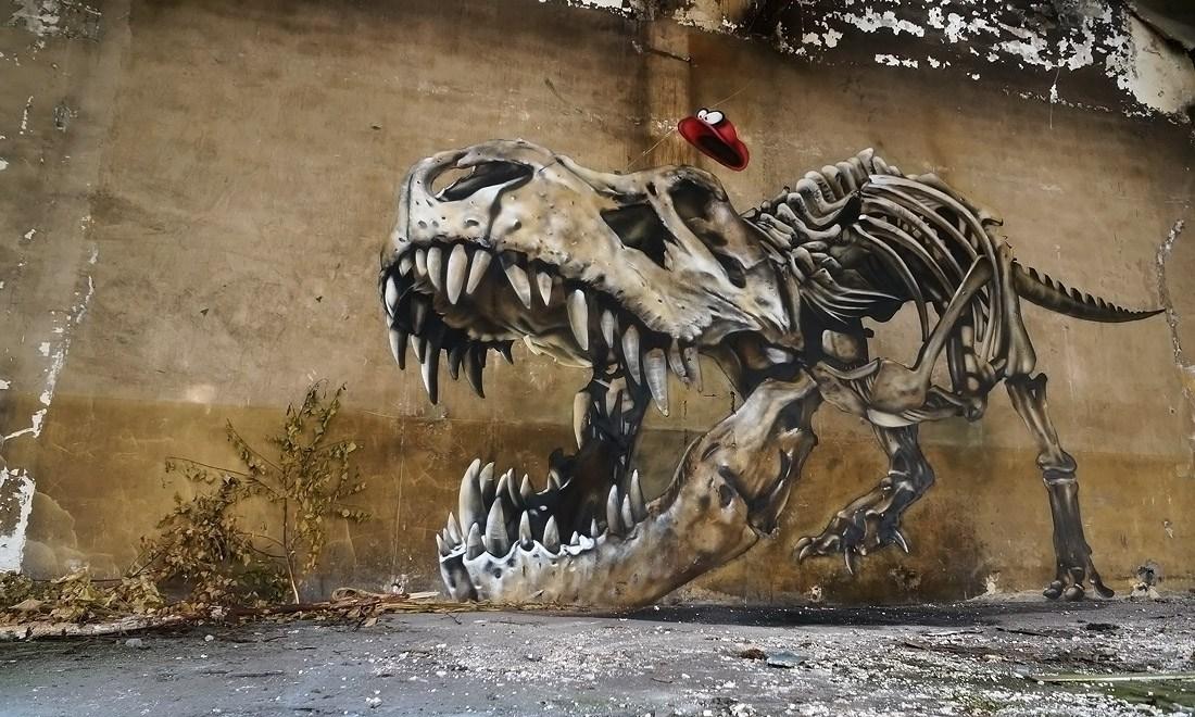 Bộ xương khủng long ghê sợ ẩn trong bức tường như muốn lao ra tấn công người