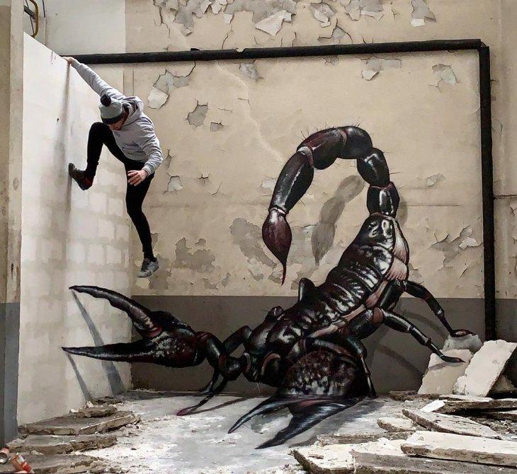 Người nghệ sĩ chạy trốn khỏi con bọ cạp khổng lồ