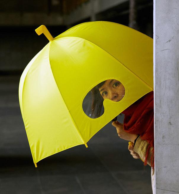 Chiếc ô giúp bạn có thể nhìn rõ khi trời mưa