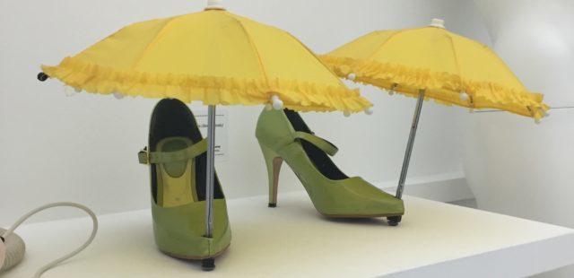 Chiếc ô nhỏ xinh cho đôi giày bảo vệ chúng khỏi nhưng cơn mưa bất chợt