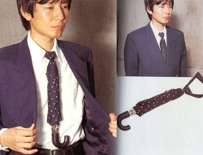 Chiếc cà vạt kết hợp cùng ô che mưa giúp nam giới yên tâm đi làm không lo bị ướt