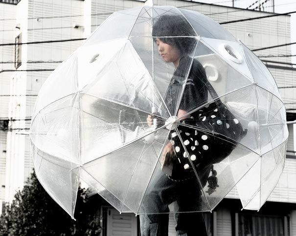 Một phát minh độc lạ có một không hai mà vô cùng thời trang bắt mắt khi đi ngoài phố lúc mưa to gió lớn