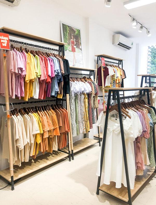Cửa hàng May Boutique với mặt kính 2 tầng nổi bật sáng bừng trên con phố Chùa Láng