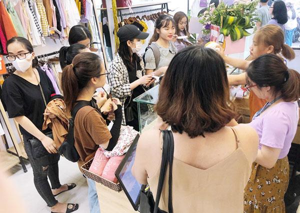 Khách hàng háo hức với cơ hội trải nghiệm làm Nails miễn phí và khám phá những ưu đãi độc quyền khác chỉ có tại May Boutique 40 Chùa Láng