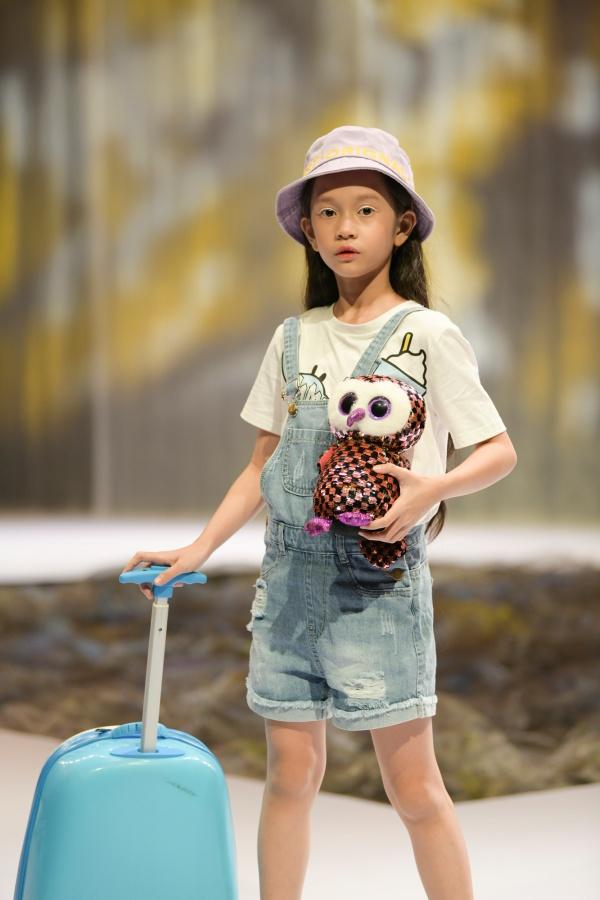 Khánh Linh – mẫu nhí được mệnh danh là bản sao của Hồ Ngọc Hà được chọn là gương mặt mở màn cho show diễn của 1 thương hiệu tại VJFW 2020. Khánh Linh khiến cả khán phòng 'phát sốt' bởi thần thái vừa lạnh lùng, vừa ngọt ngào cùng những sải bước đầy tự tin và chuyên nghiệp.