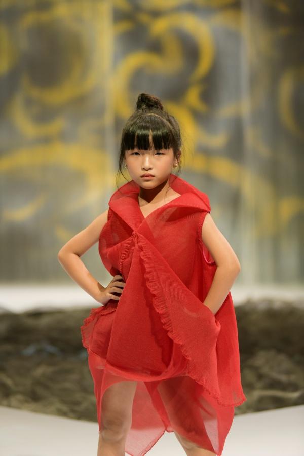 'Bản sao nhí' của Hồ Ngọc Hà làm first-face trong ngày cuối của Tuần lễ thời trang trẻ em Việt Nam 2020 6